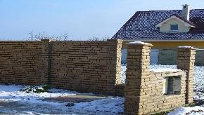 Betonový plot stará tehla