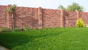 Betonový plot stará tehla červená