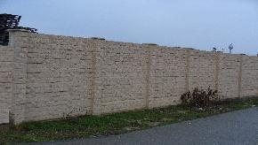 Betonový plot kameň