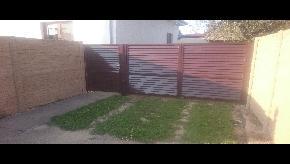 Betonový plot štiepaný kameň s bránou