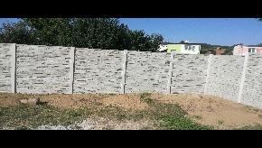 Betonový plot štiepaný kameň