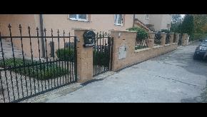 Murovaný plot s kovovými výplňami a bránami