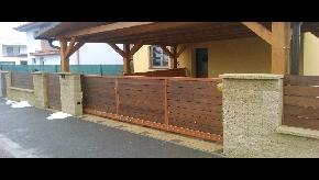 Murovaný plot s drevennými výplňami