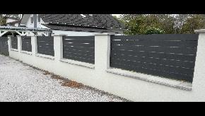Murovaný plot s povrchovou úpravou