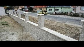 Murovaný plot z bielych tvárnic