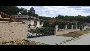 Murovaný plot s kovovými výplňami a bránami z lexanu