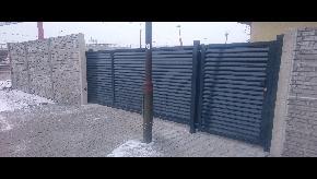 Brána lamelová samonosná s bránkou